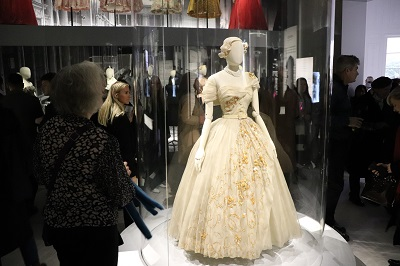 ... major exhibition Christian Dior  Couturier du Rêve f732df508bf
